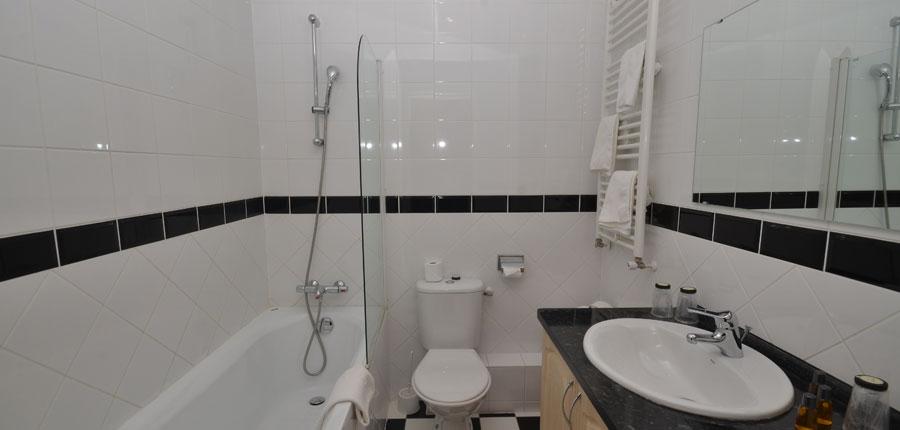 France_Alpe-dHuez_Chalet_hotel_les_cimes_bathroom.jpg
